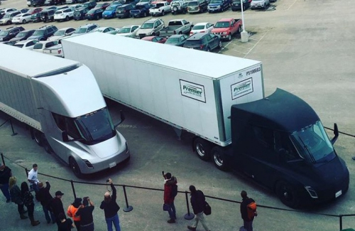 Два тягача Tesla Semi попали навидео вовремя транспортировки груза